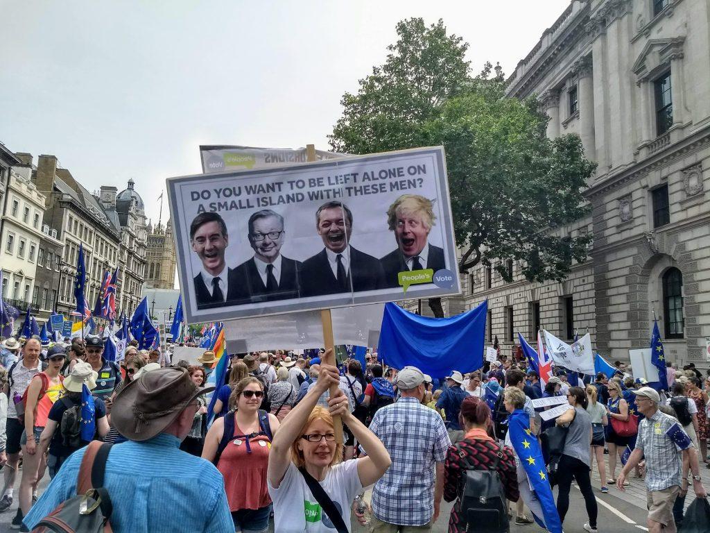 settled status - folla protesta contro la brexit per le strade di londra