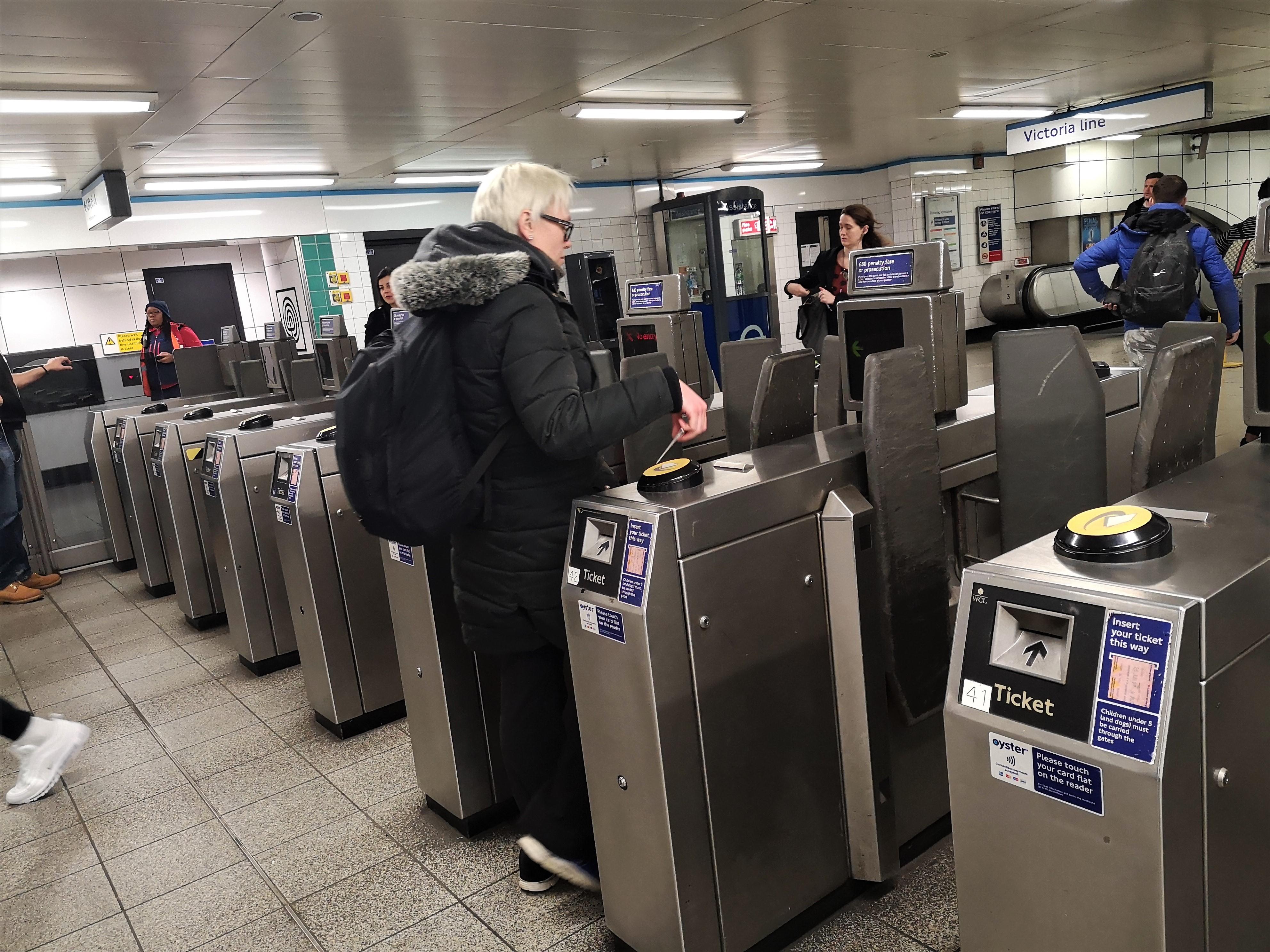 Cancelli automatici all'interno di una stazione della metro di londra