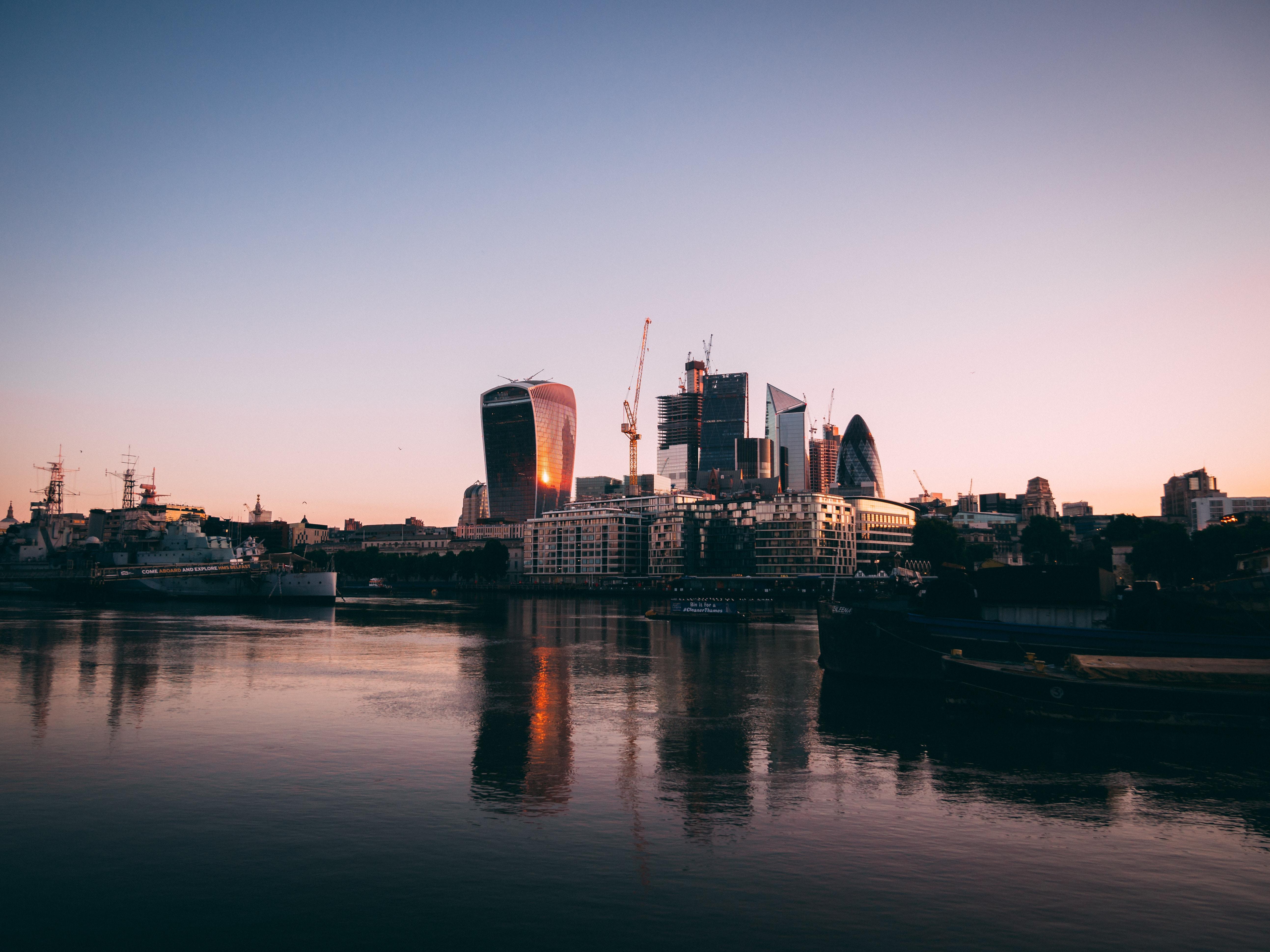 City di Londra vista dal tamigi al tramonto