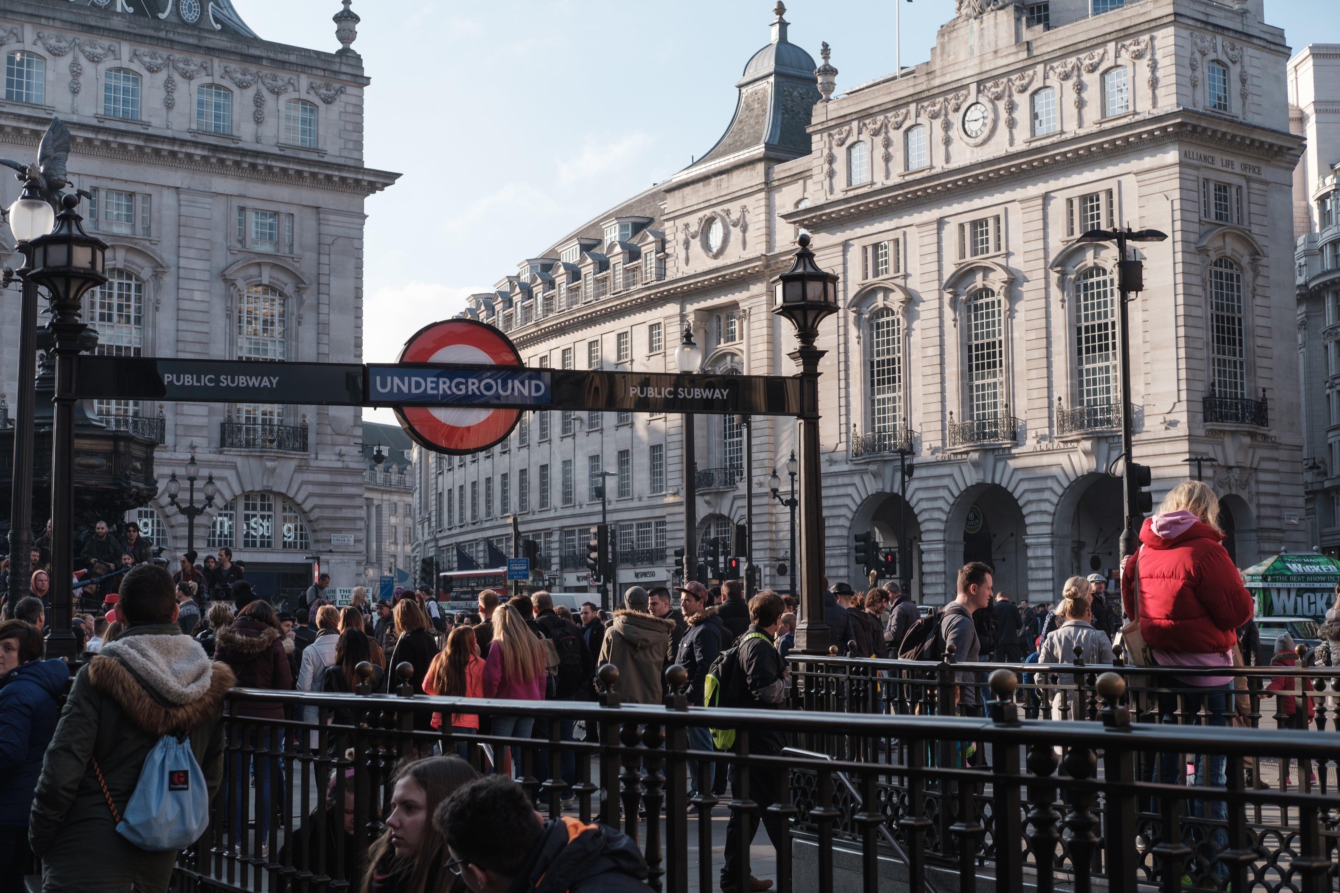 folla intorno all'ingresso della stazione metro di Picadilly Circus