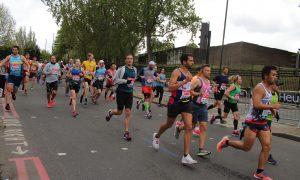 maratona di londra- partecipanti corrono per le strade della città