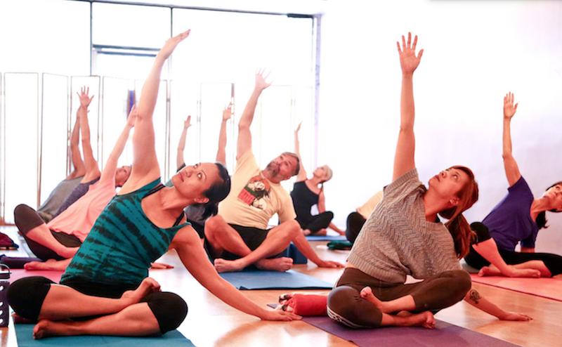 Persone Che Fanno Yoga
