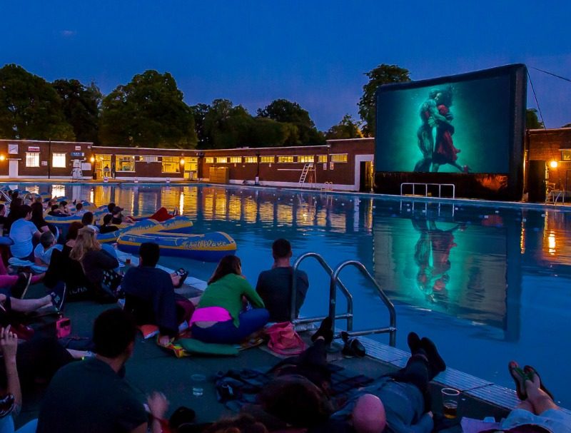 settembre - ragazzi a bordo piscina che guardano un film sul maxischermo