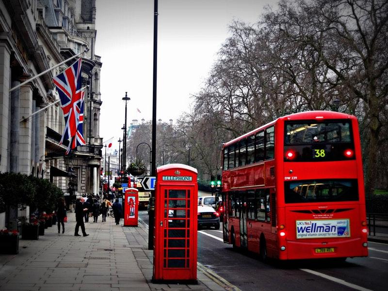 Formazione e apprendistato, una strada di Londra con il tipico bus a due piani