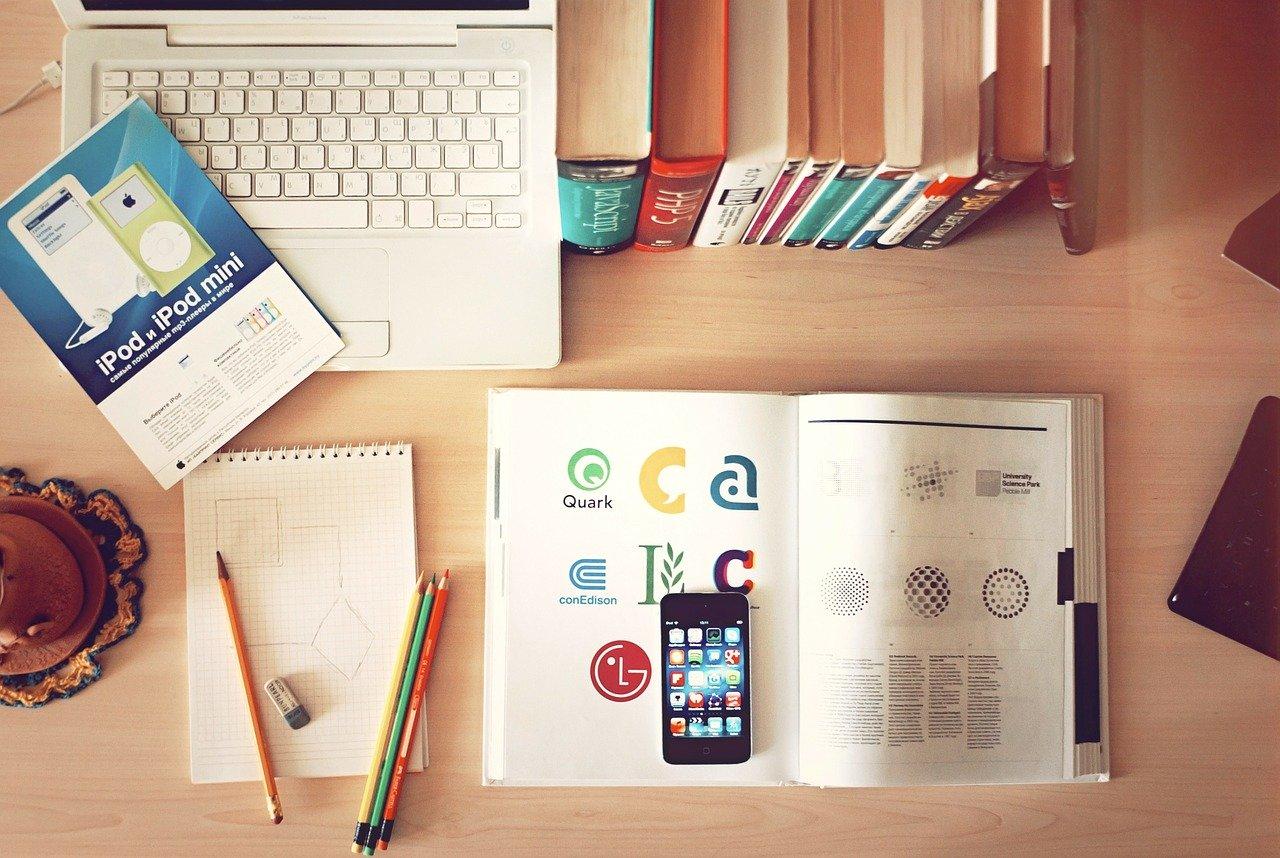 seconda fase: immagine con quaderni, penne e libri in un tavolo di legno