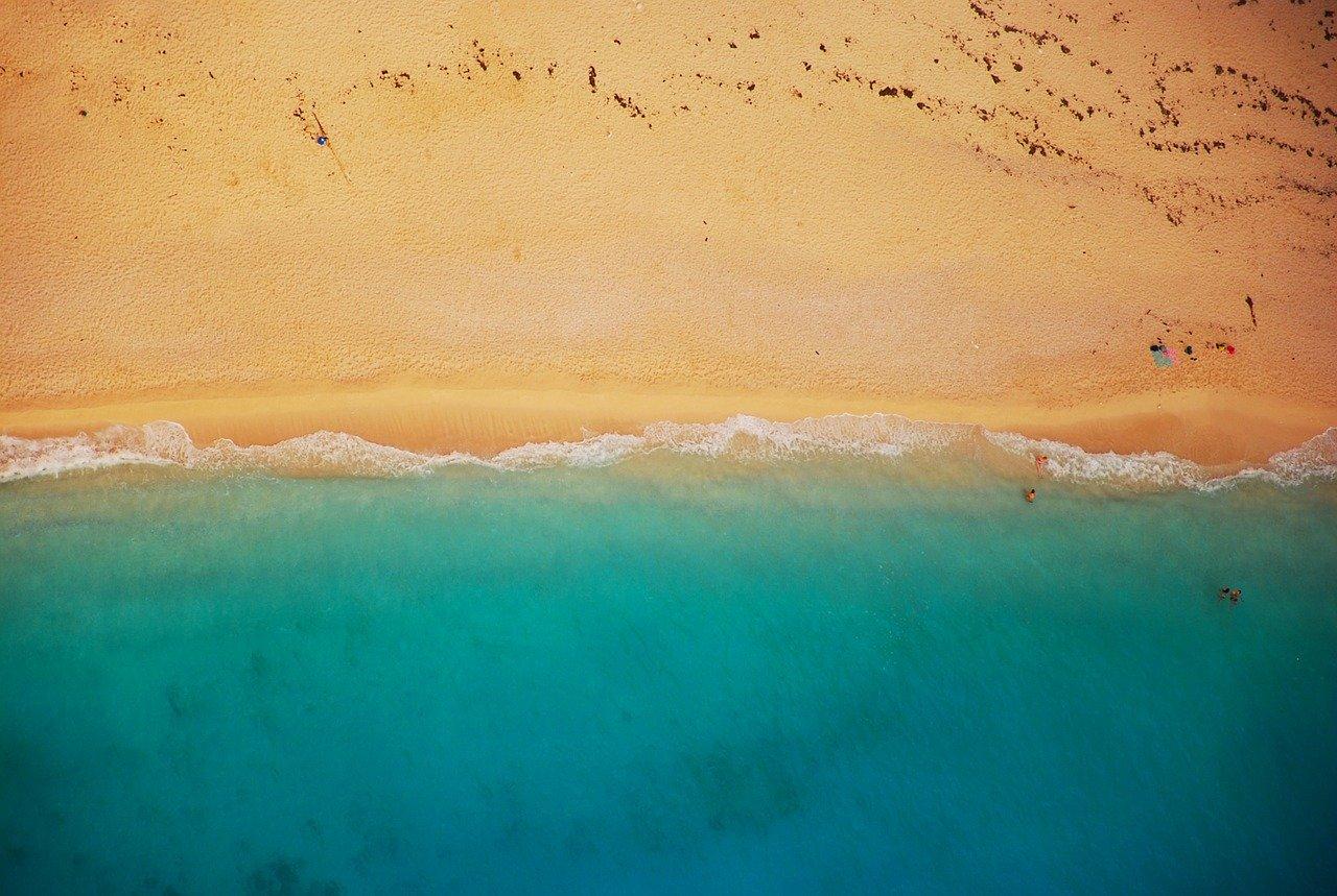 seconda fase: immagine con spiaggia gialla e il mare verde e azzurro