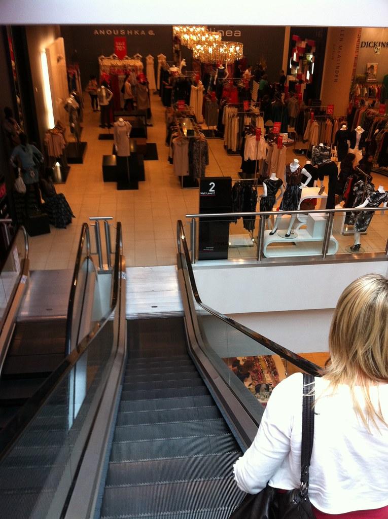 negozi:scala mobile con donna