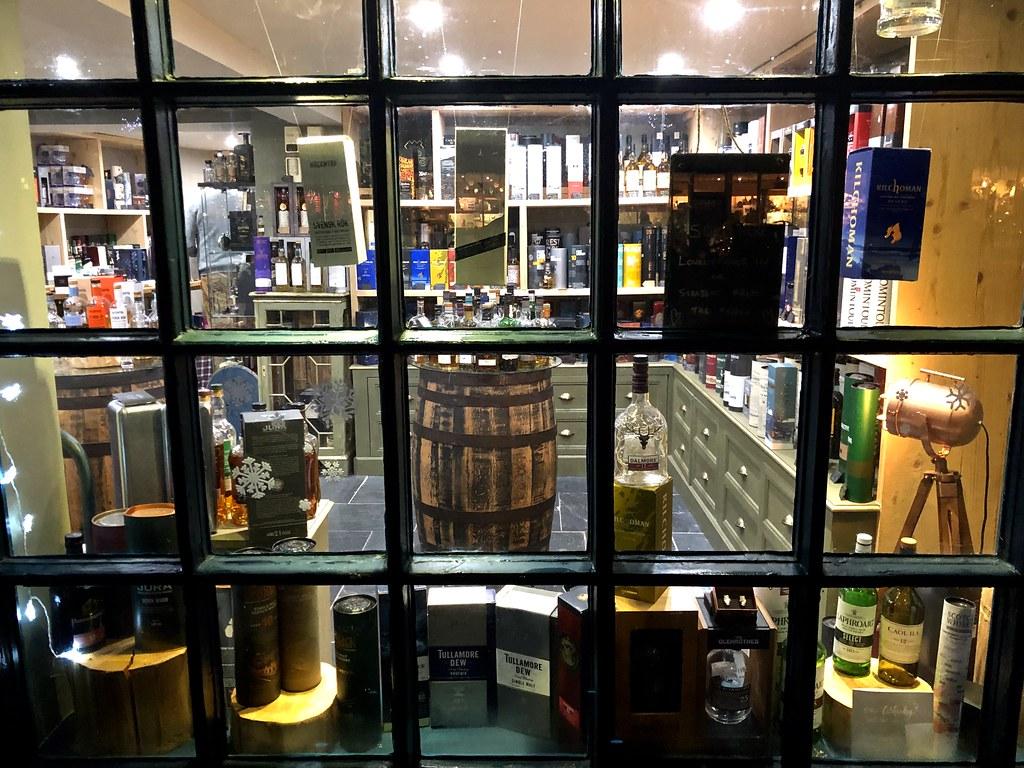 Negozi: vetrina di un negozio con luci e diversi oggetti