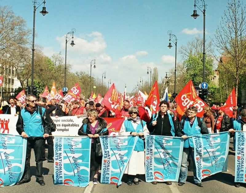Sindacato:manifestazione per i diritti sul lavoro, persone con bandiere
