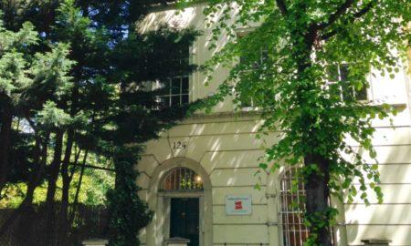 foto facciata patronati con alberi attorno