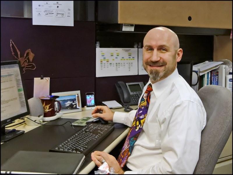 sindacato: uomo alla scrivania con camicia bianca che sorride