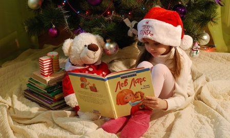 Letture di Natale - Bimba E Libro sotto l'albero