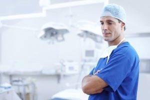 Dottore London- dottore in camice blu in uno studio medico