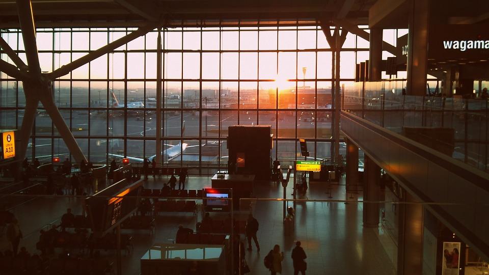 Rientro italiani da Londra - Aeroporto al crepuscolo