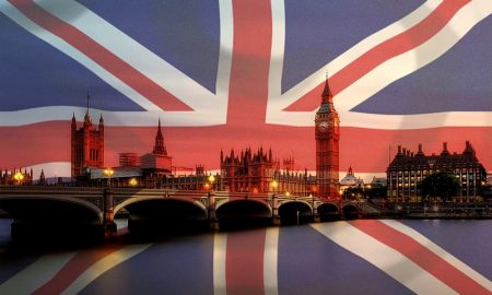 Vaccino anti Covid - la Union Jack su sfondo britannico