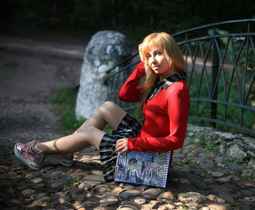 ragazza - Ragazza In Gonnellino seduta