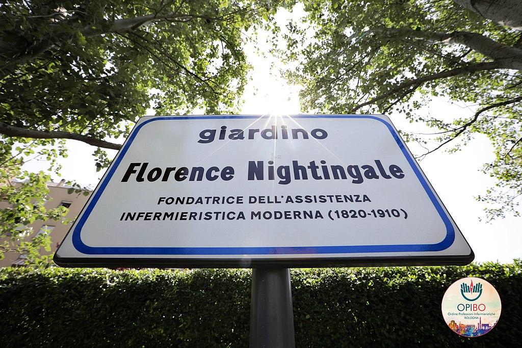 Segnaletica  - Targa A Bologna in un giardino dedicato a Florence Nightingale