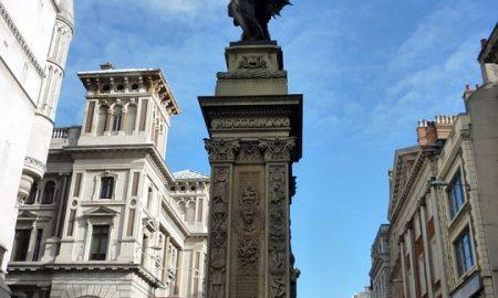 Londra a piedi - Strada Di Londra con monumento