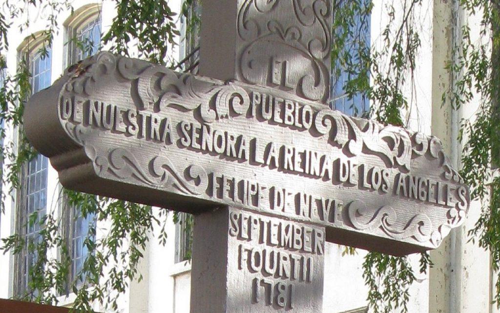 Nome di Los Angeles - scultura in forma di croce con incisioni in memoria della fondazione di Los Angeles
