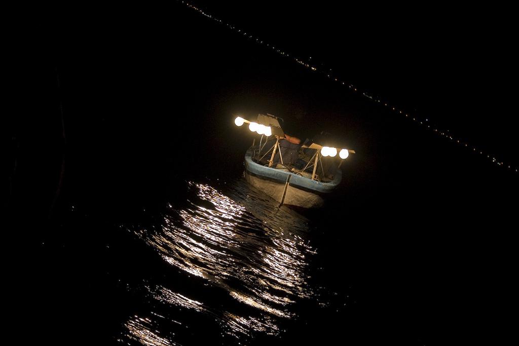 Gemellaggio - Immagine di barca dotata di lampade per la pesca notturna