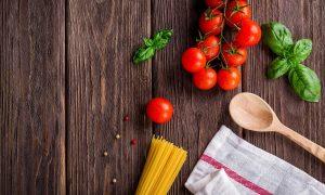 Cucina italiana - Immagine con spaghetti crudi, pomodori e basilico