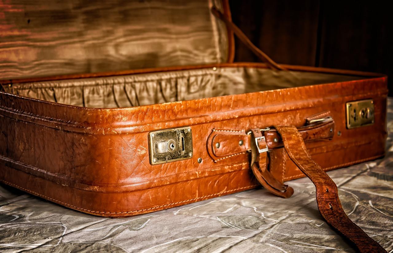 Italiani - Immagine di valigia antica con fibbie metalliche e copertura in pelle