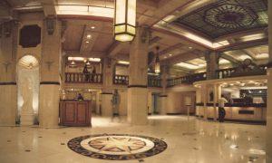 Hotel Cecil - la sala d'ingresso dell'hotel con laterne a soffitto, rosoni decorativi a pavimento e bancone d'accoglienza