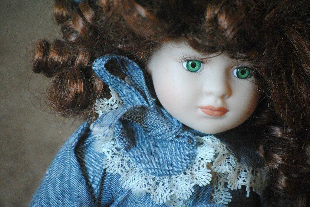 Queen Mary. Bambola di Porcellana con occhi verdi e boccoli castani indossa un abito ceruleo