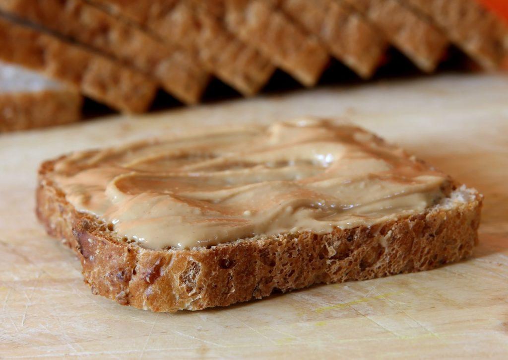 Nocciole - Fetta di pane tostato con burro di arachide