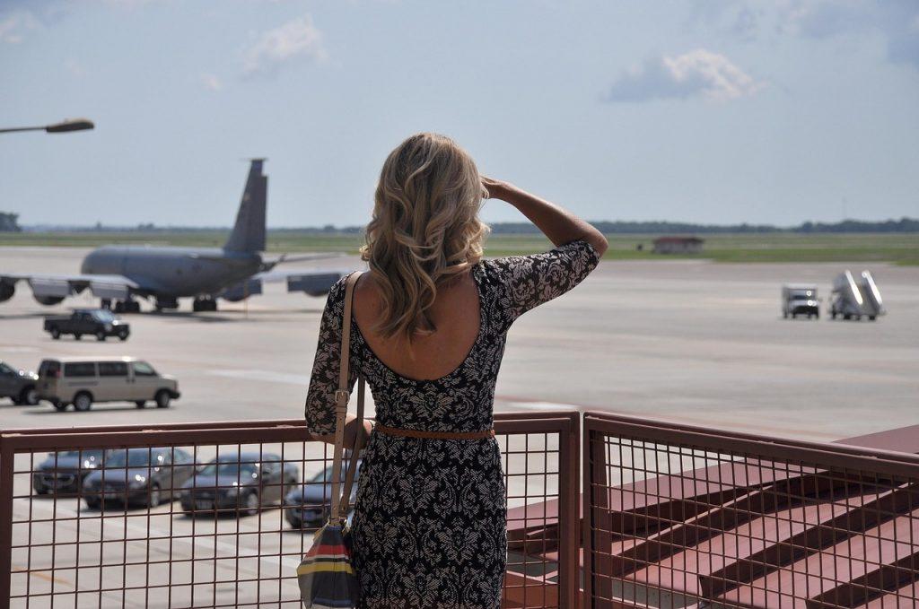 documenti per viaggiare negli Stati Uniti -pista dell'aereo con ragazza di spalle