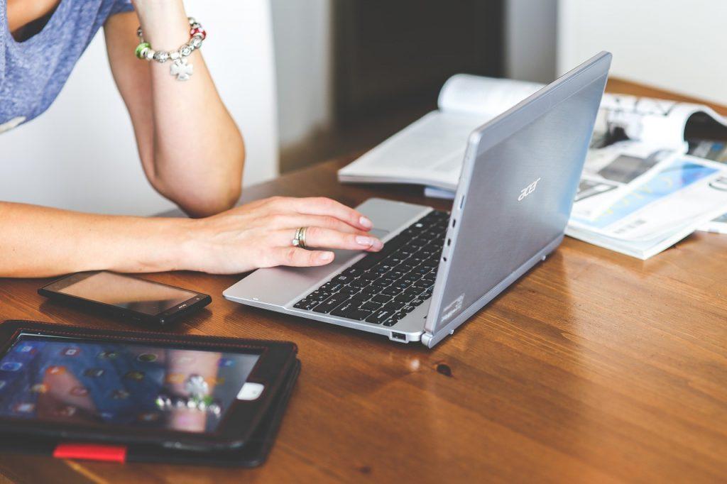 documenti per viaggiare negli Stati Uniti - ragazza al computer e altri dispositivi