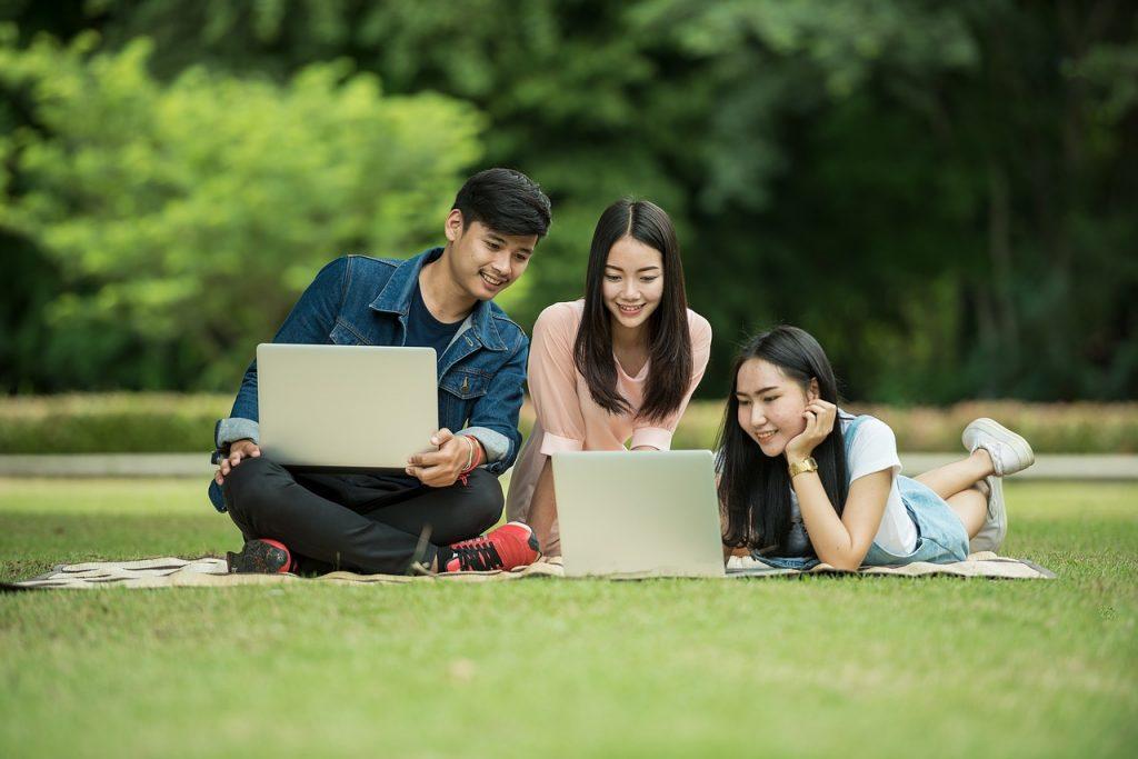 apprendre l'anglais à Los Angeles - les enfants étudient en plein air