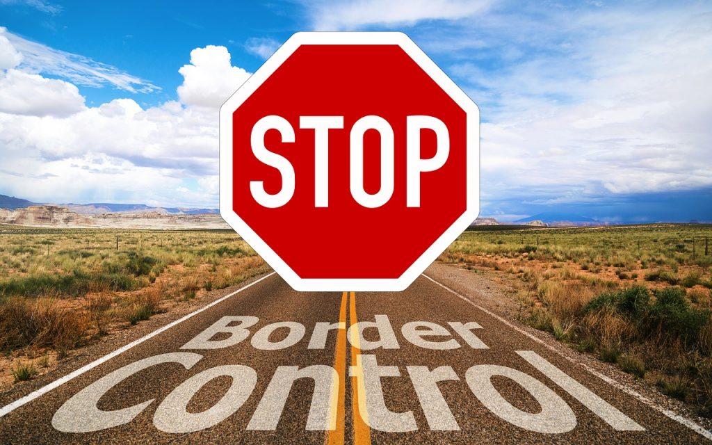 ragazza al computer e altri dispositivi -segnaletica di stop su strada asfaltata