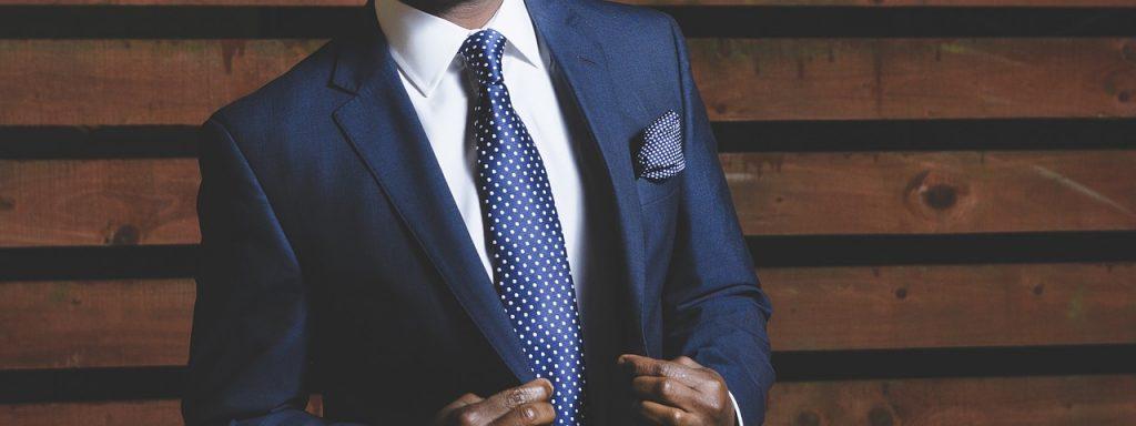 italiani a Los Angeles -uomo in giacca e cravatta
