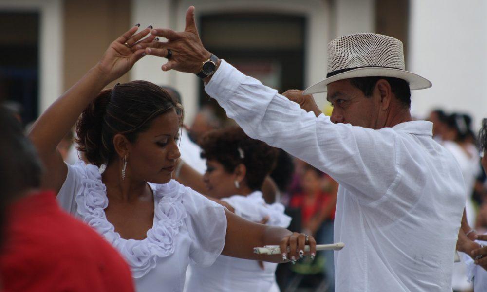 coppia che balla i balli latini