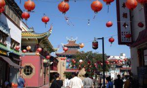 Chinatown di LA. Via di Chinatown a Los Angeles con edifici in stile orientale, pagode e lanterne cinesi