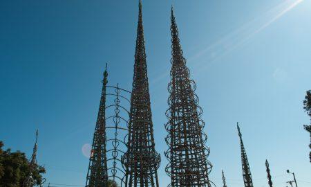 Watts Towers. Le vette coniche delle Watts Towers primeggiano sul cielo azzurro di Los Angeles