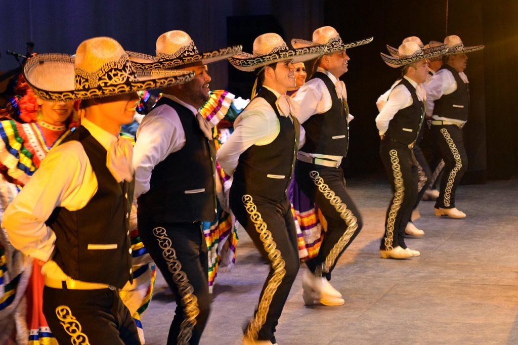 Cinque di Maggio. Esibizione di mariachi in abito tipico nero con sombrero