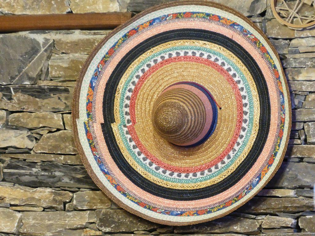 Cinque di Maggio. Sombrero colorato appeso ad un muro in pietra
