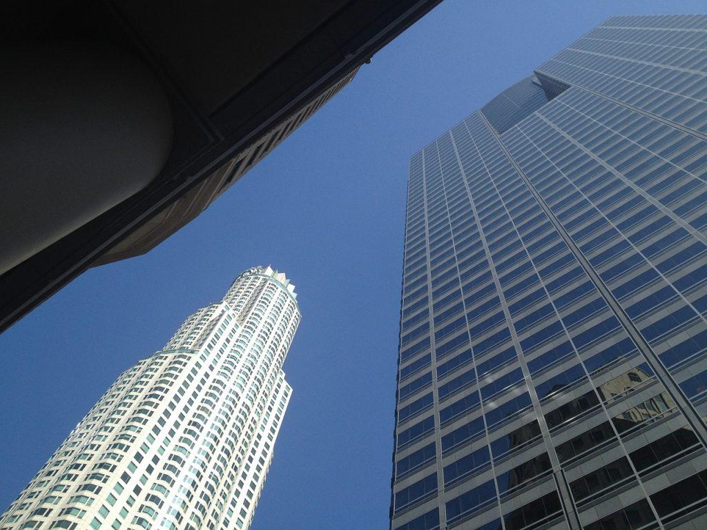 US Bank Tower. Vista dal basso verso l'alto del grattacielo a forma cilindrica