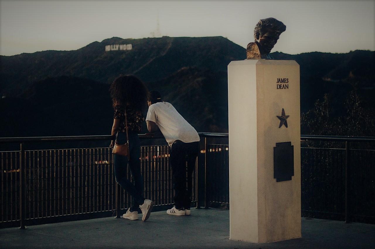 Hollywood la collina- due turisti su un belvedere