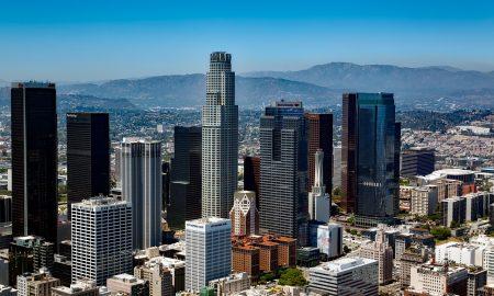 US Bank Tower. Immagine panoramica dei grattacieli di Los Angeles fra cui spicca la torre cilindirca della Bank Tower