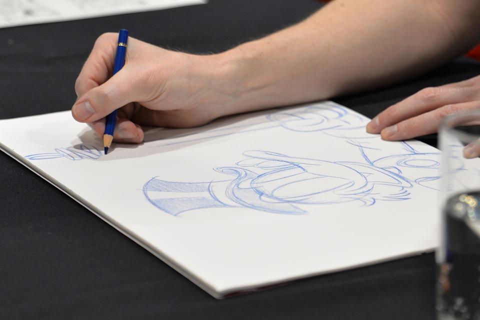 mano che disegna su foglio bianco paperon de paperoni con matita blu