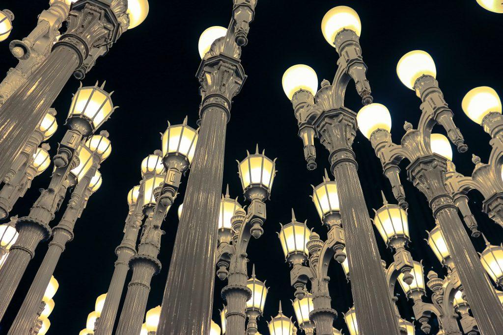 Urban Light. Lampioni svettano verso il cielo della notte
