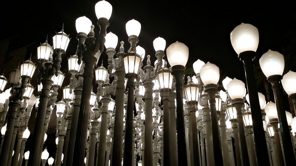 Urban Light. Foto dell'opera Urban Light con lampioni che illuminano la notte