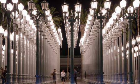 Urban Light. Lampioni dellopera Urban light descrivono file tra le quali passeggiare