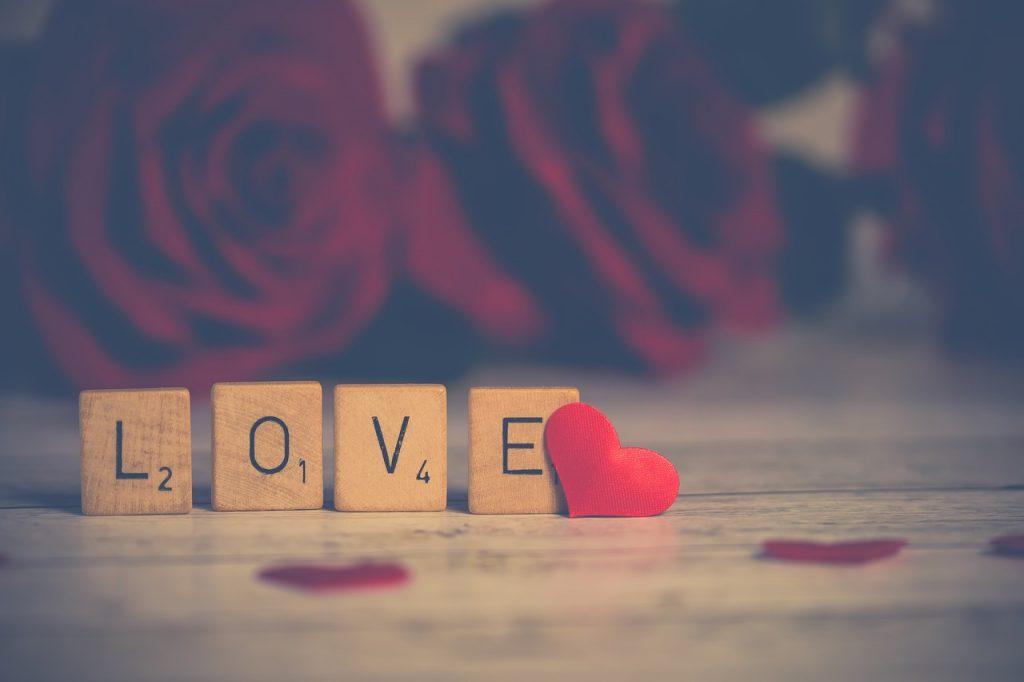 """Leo Buscaglia. Immagine di tesserine di legno sulle quali son riportate le lettere che compongono la parola """"love"""""""