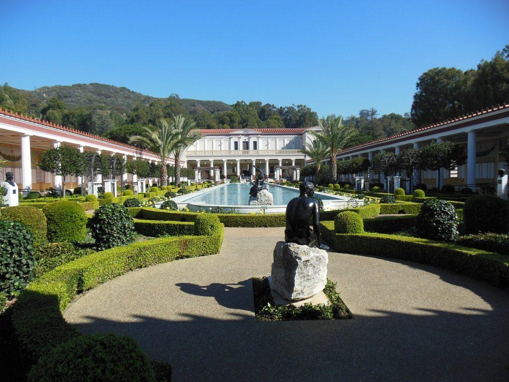 Capolavori italiani. La Getty Villa di Los ANgeles con vista dal parco