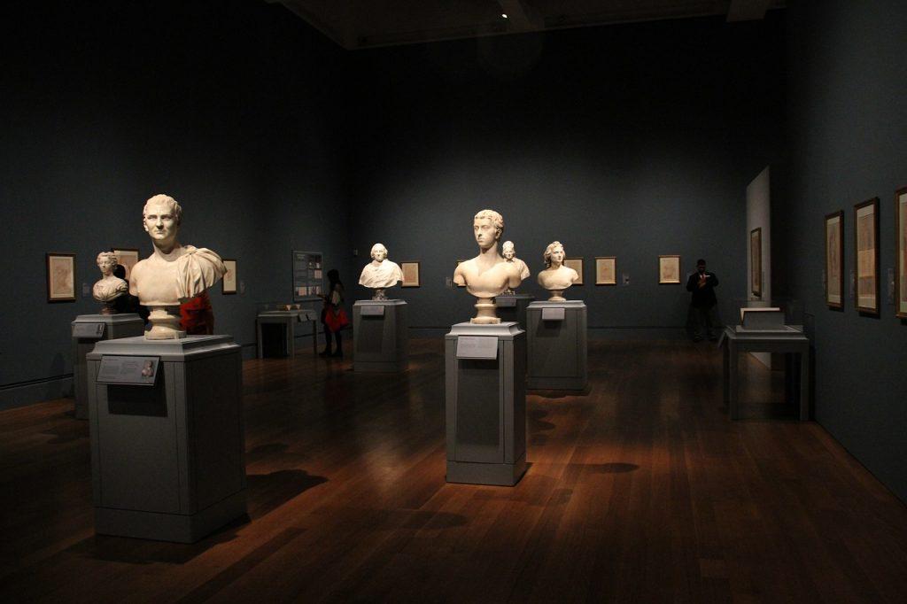Capolavori italiani. Una sala del Getty Museum con busti classici