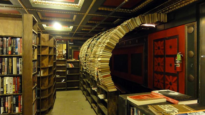 The Last Bookstore. Archi di libri negli interni della libreria labirinto di Los Angeles